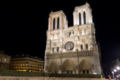 Notre Dame de Paris na noite Imagens de Stock Royalty Free
