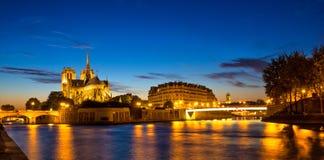 Notre Dame de Paris na noite Fotografia de Stock Royalty Free