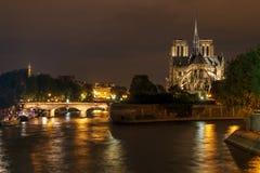 Notre-Dame de Paris na noite Fotografia de Stock Royalty Free