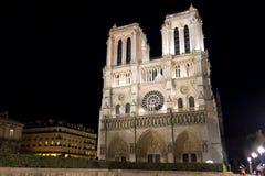 Notre Dame de Paris nachts Lizenzfreie Stockbilder