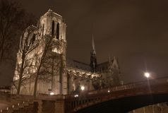 Notre Dame de Paris, nachts, mit kleiner Brücke. Stockbild