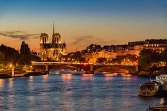 Notre Dame de Paris och Seine River på skymning paris Royaltyfri Foto