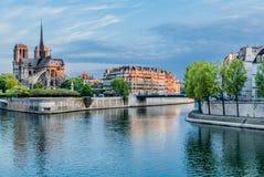 Notre Dame de paris och Seinet River Frankrike arkivbild