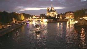 Notre Dame de Paris par nuit banque de vidéos