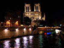 Notre Dame de Paris por noche Imágenes de archivo libres de regalías