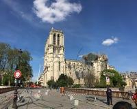 Notre Dame De Paris reparierte durch einen Kran mit einer anhebenden Plattform stockfotografie