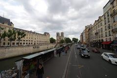 Notre Dame De Paris, samochód, gruntowy pojazd, droga, miasteczko obrazy stock