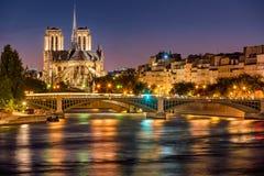 Notre Dame de Paris, Seine River och Sully Bridge på skymning france Fotografering för Bildbyråer