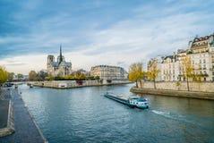 Notre-dame-de-Paris, Seinet River och ett fartyg Arkivfoton