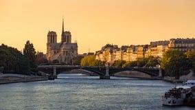 Notre Dame de Paris, Seinet River och Ile Saint Louis på solnedgången france Arkivfoto