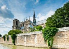 Notre-Dame de Paris sikt från Seine Arkivfoton