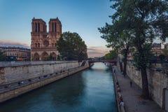 Notre Dame de Paris sobre el río Sena Imagenes de archivo