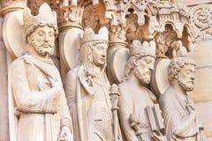 Notre Dame de Pariskathedrale Träger werden im Glas des Einkaufszentrums reflektiert Lizenzfreie Stockfotografie