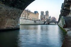 Notre Dame del Sena en la puesta del sol Imagen de archivo libre de regalías