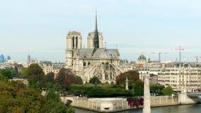 Notre-Dame domkyrka och den Seine River invallningen på solig höstdag Royaltyfri Fotografi