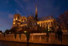 Notre Dame dopo oscurità, Parigi, Francia immagine stock