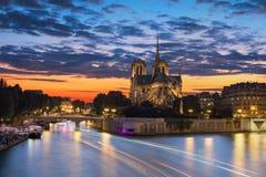 Notre Dame et coucher du soleil Images stock