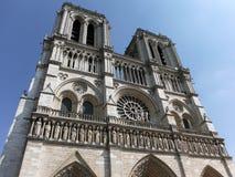 Notre Dame grotesca en el verano París Imagen de archivo