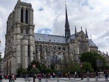 Notre Dame i mitten av Paris royaltyfri bild