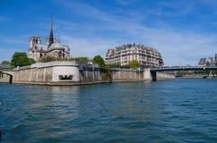 Notre Dame-kathedraal op de Zegenrivier in Parijs, Frankrijk stock afbeelding