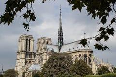 Notre Dame-kathedraal, Parijs, met bewolkte hemelachtergrond Royalty-vrije Stock Foto's