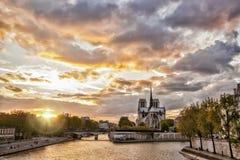 Notre Dame-kathedraal tegen zonsondergang in Parijs, Frankrijk Stock Foto's