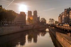 Notre Dame-kathedraal tegen zonsopgang in Parijs, Frankrijk Stock Afbeeldingen