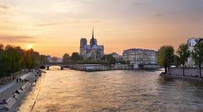 Notre Dame-Kathedrale auf Ile de la Cite in Paris, Frankreich gesehen von der Tournelle-Brücke über Fluss die Seine Teil des Heil Lizenzfreies Stockfoto