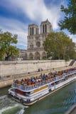 Notre Dame och bateaux Mouches Royaltyfria Bilder