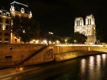 Notre Dame och Seinen på natten, Paris Arkivfoton