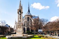 Notre-Dame och springbrunn av ärkestiftet i Paris Fotografering för Bildbyråer