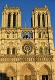 Notre Dame, Parigi, Francia Facciata e guglia con la luce di tramonto fotografia stock