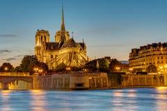 Notre Dame in Paris an der Dämmerung Lizenzfreies Stockfoto