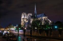 Notre Dame Paris en la opinión de la noche 3/4 a lo largo del río Imagen de archivo