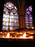 Notre Dame Prayer Candles & Gebrandschilderd glas Stock Foto