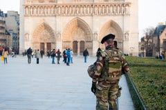 Notre Dame que guarda militar francesa en París Foto de archivo libre de regalías