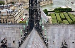 Notre Dame Spire, La Fleche, y tejados antes del fuego Opini?n los ap?stoles y los evangelistas con el r?o Sena Par?s, Francia fotos de archivo libres de regalías