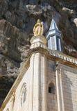 Notre Dame staty överst av det Notre Dame de Rocamadour kapellet i biskops- stad av Rocamadour, Frankrike Arkivbild