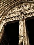 Notre Dame-Türflachrelief Stockbilder