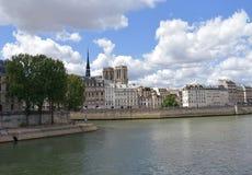 Notre Dame-torens en spits van een brug van de Zegenrivier, Pont Louis Philippe Parijs, Frankrijk, 10 Augustus 2018 stock foto