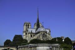 Notre Dame und Strebewerk angesehen von der Seine lizenzfreie stockbilder