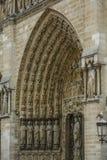Notre Dame van Parijs, Frankrijk, ingang met standbeelden van heiligen stock afbeelding