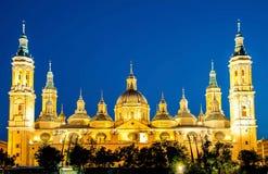 Notre Madame de la basilique de pilier avec l'Ebro au crépuscule Saragosse images stock