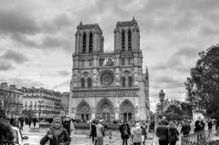 Notre Negro-blanco Dame Cathedral With Tourists en frente Foto de archivo libre de regalías