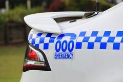 Notrufnummer, die auf Polizeiwagen beschriftet Lizenzfreie Stockfotografie