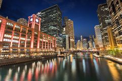 Notte al parco di Riverwalk in Chicago del centro, Illinois Fotografia Stock