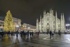 Notte al quadrato del duomo con l'albero di Natale a Fotografie Stock Libere da Diritti