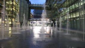 Notte all'aperto delle fontane che costruisce l'aeroporto Regno Unito di Heathrow stock footage
