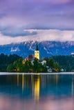 Notte alla città stupefacente Bled, con le belle montagne nei precedenti La Slovenia, Europa Fotografie Stock
