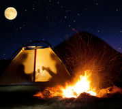 Notte che si accampa nelle montagne fotografia stock libera da diritti